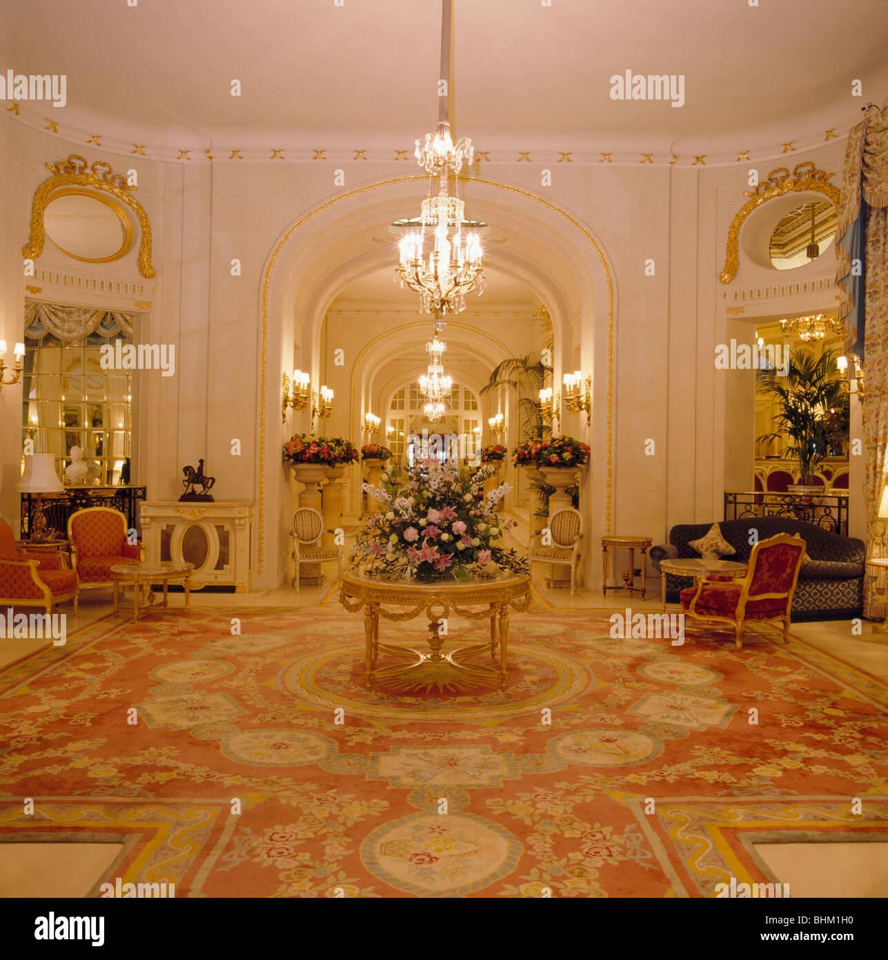 Beleuchtete Kronleuchter über Dem Runden Tisch Im Foyer Der Großen  Traditionellen Hotels Mit Gemusterten Teppich