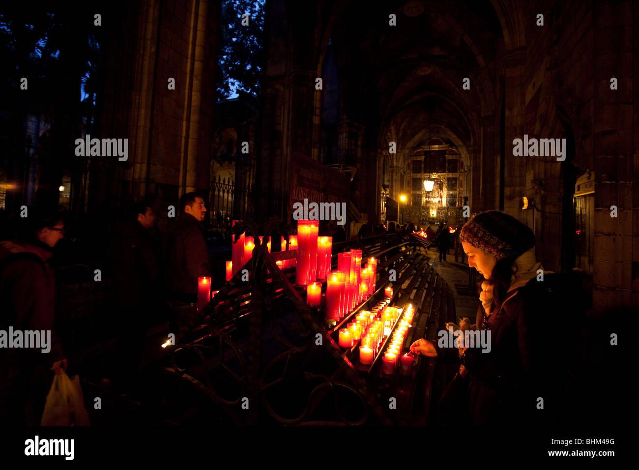 Mädchen beten in der Nacht, im Kreuzgang der Kathedrale Santa Eulalia, Barcelona, Spanien. Stockbild