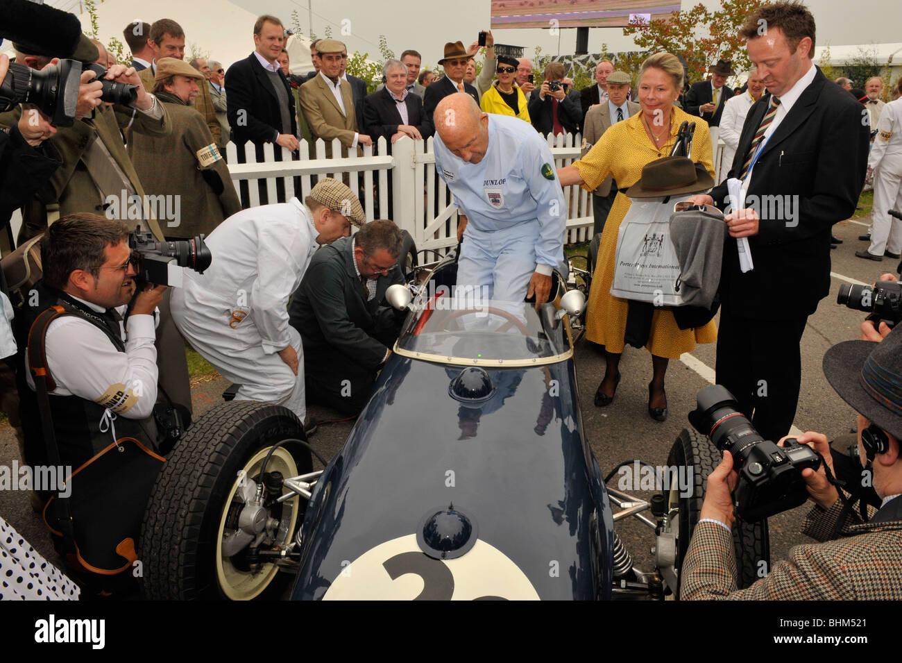 Sir Stirling Moss obe in Goodwood Revival 2009 mit seiner Frau Susie seinen 80. Geburtstag feiert. Stockbild