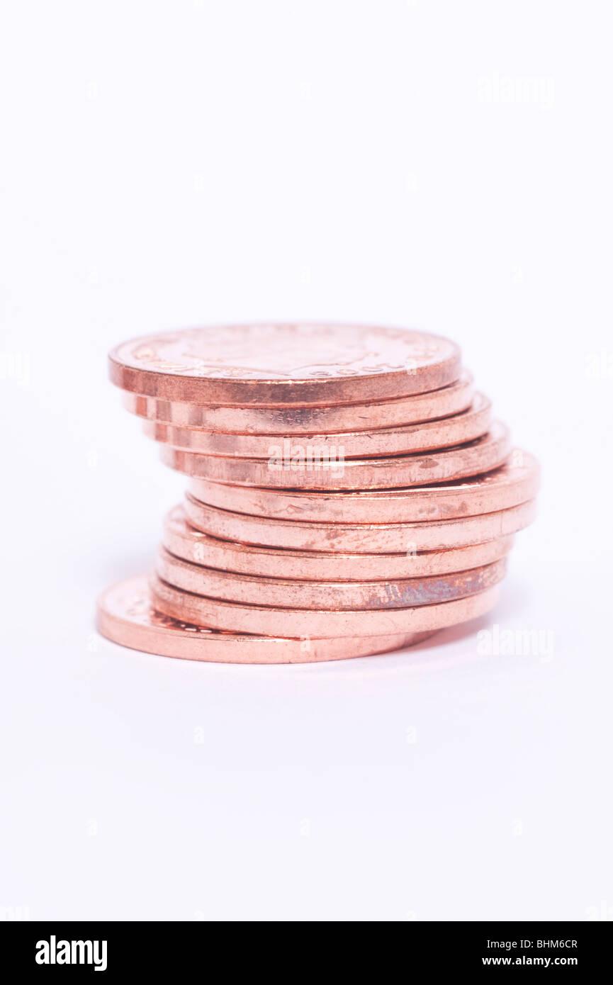 Eine Auswahl an britischen Münzen (2 Pence Coppers) auf weißem Hintergrund Stockbild