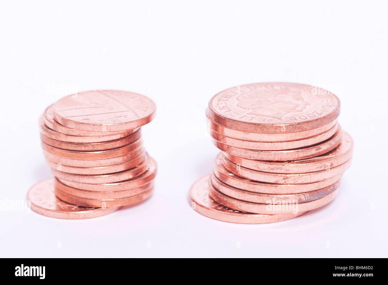 Eine Auswahl an britischen Münzen (2 & 1 Pence Coppers) auf weißem Hintergrund Stockbild