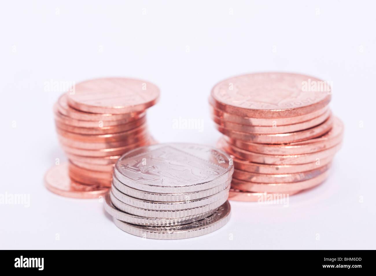 Eine Auswahl an britischen Münzen (Kupferplatten & Silber) auf weißem Hintergrund Stockbild