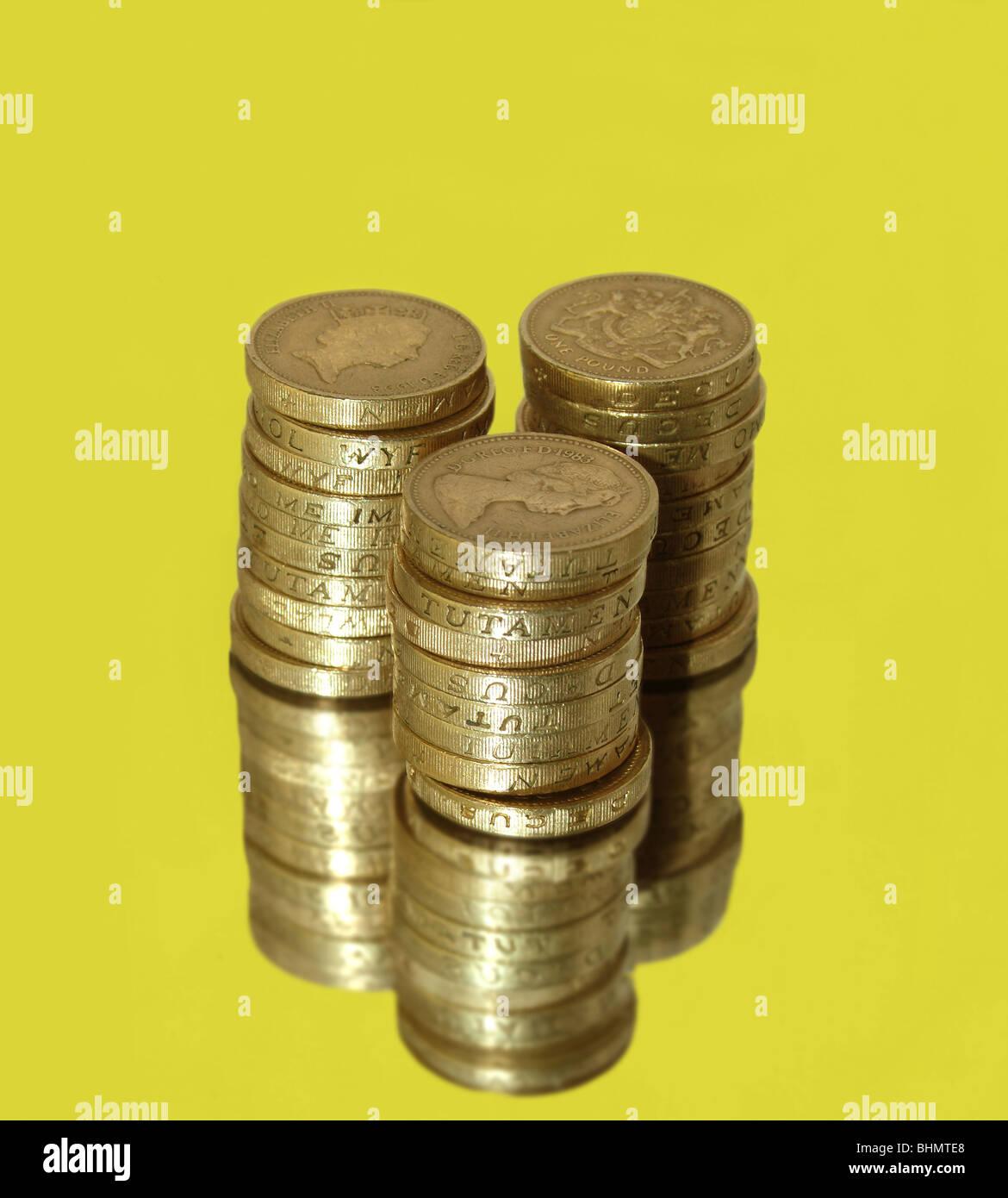 Ein Stapel Von Englischen Ein Pfund Münzen Auf Gelbem Hintergrund