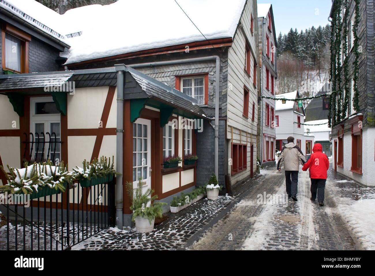 Touristen im historischen Zentrum von Monschau im Schnee im Winter, Eifel, Nordrhein-Westfalen, Deutschland Stockfoto