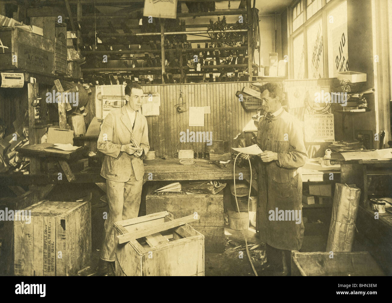 1920-Foto von der Mechaniker-Werkstatt im Linscott Motor Company, 690 Commonwealth Avenue, Boston, Massachusetts. Stockbild