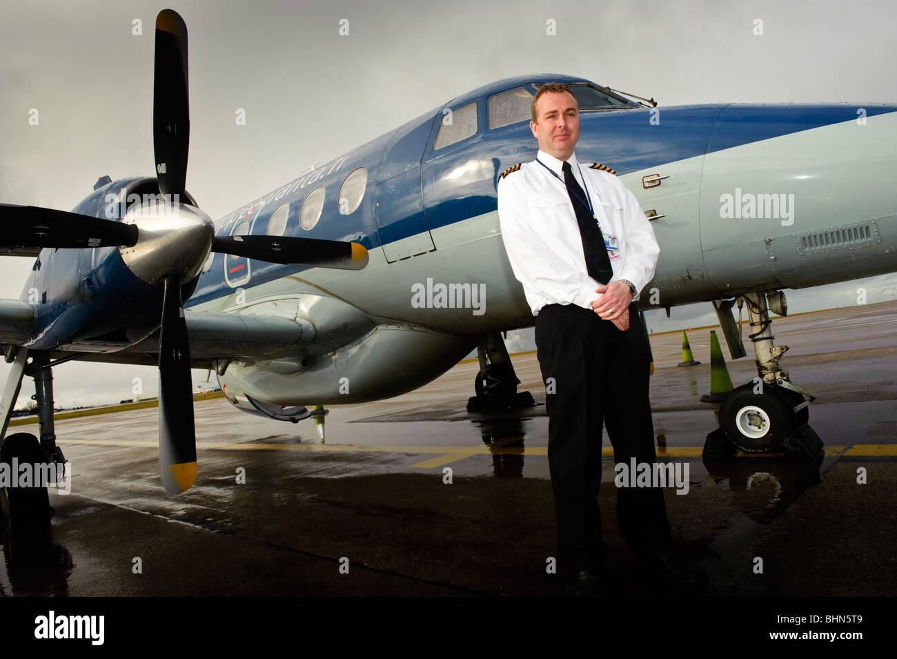 Elliston Miller, pilot mit Highland Airways, mit kleinen Turboprop Commuter Flugzeug Flughafen Cardiff South Wales Stockfoto