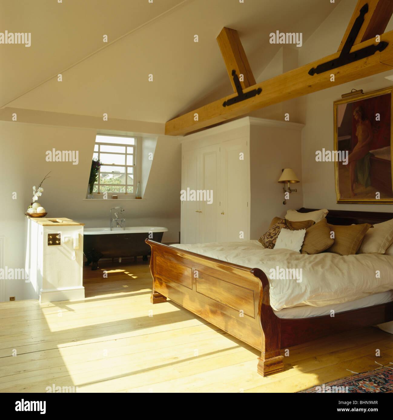 Schlittenbett und Holzböden in Holzbalken Loft-Schlafzimmer mit Roll ...