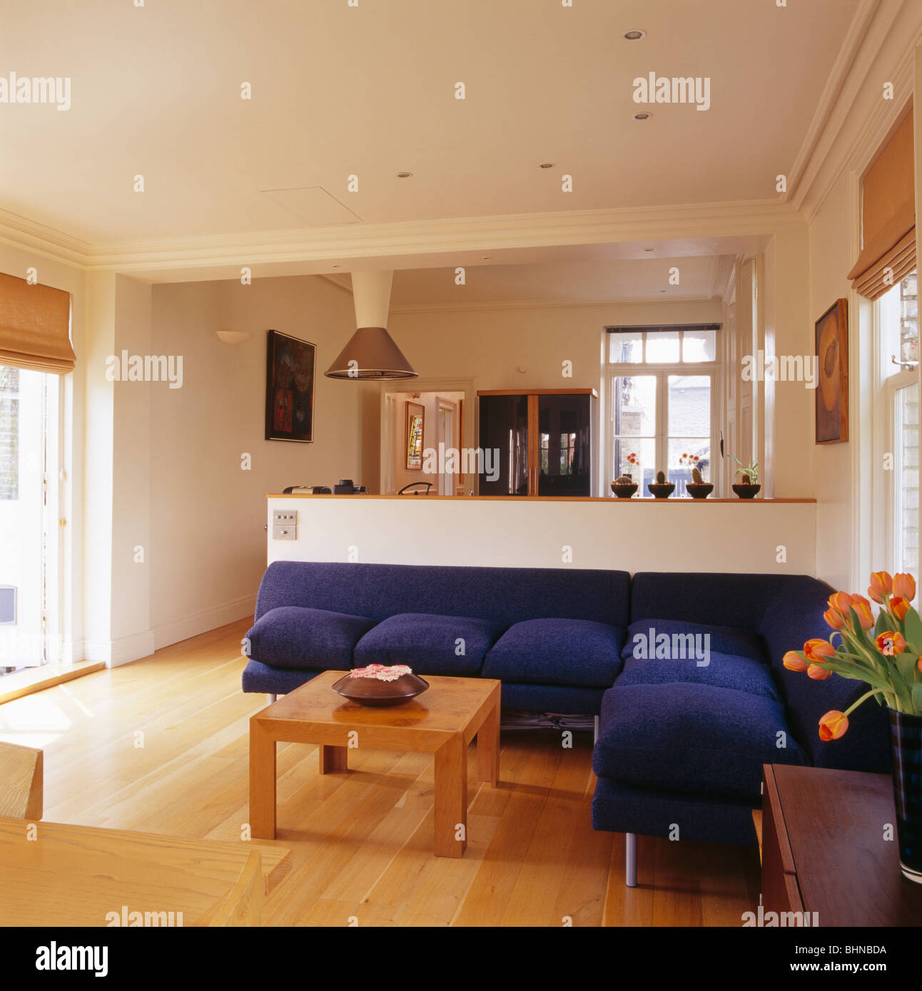 Große blaue L-förmigen Sofa in modernen offenen Wohnzimmer mit ...
