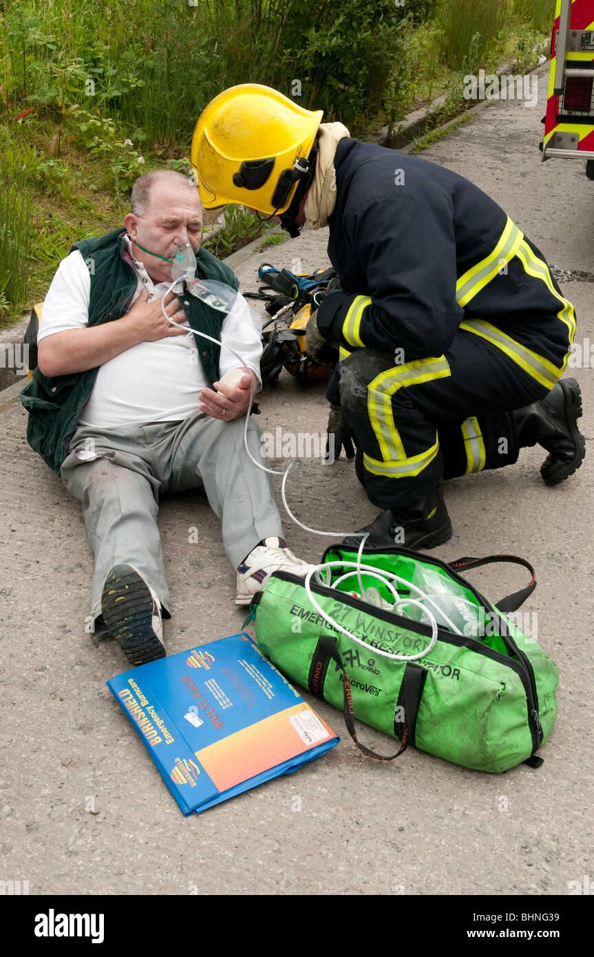 Feuerwehrmann gibt erste Hilfe, Unfall - simulation Stockfoto, Bild ...