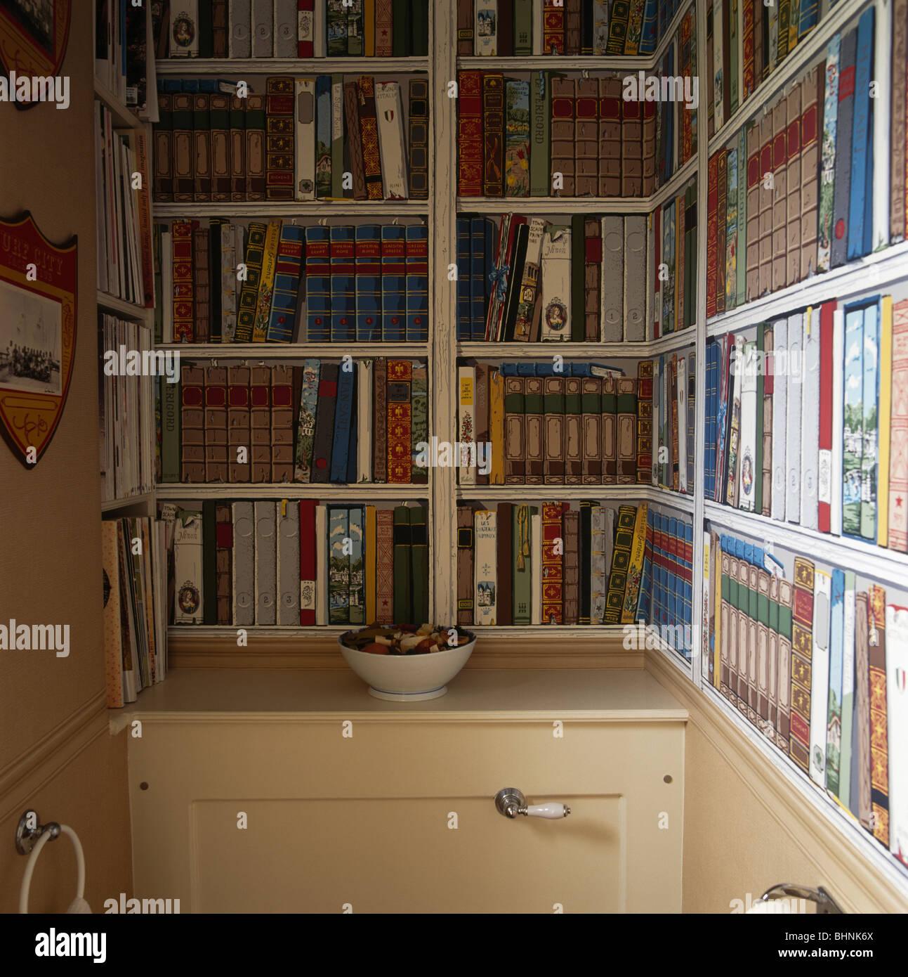 Bücherregal gemalt  Nahaufnahme des Trompe-l ' œil gemalt Bücherregale in traditionellem ...