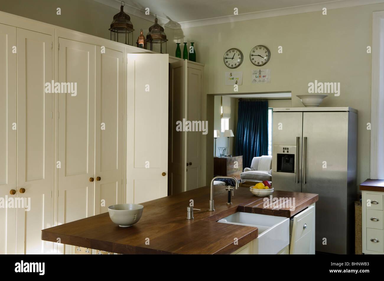 Iroko Holz Arbeitsplatte Mit Belfast Waschbecken In Küche Mit Weißen  Lagerung Schränke Und Edelstahl Fertigen Kühlschrank