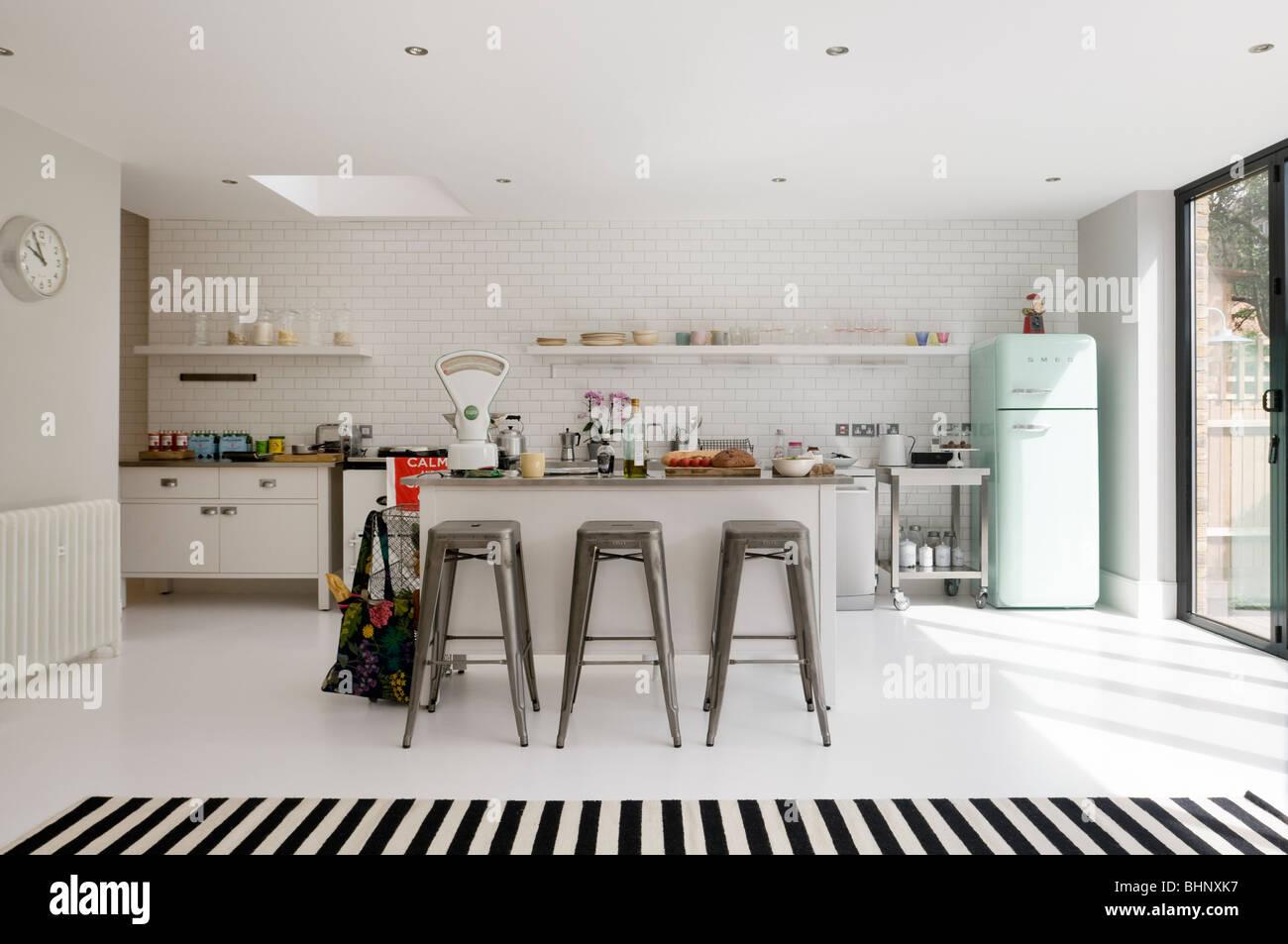 Küchenzeile Mit Retro Kühlschrank : Offene weiß gefliesten küche mit barhockern und retro kühlschrank