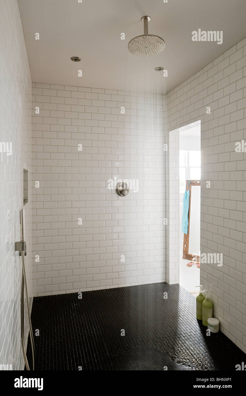 Begehbare Dusche mit weißen laufen-Bond geflieste Wände Stockbild