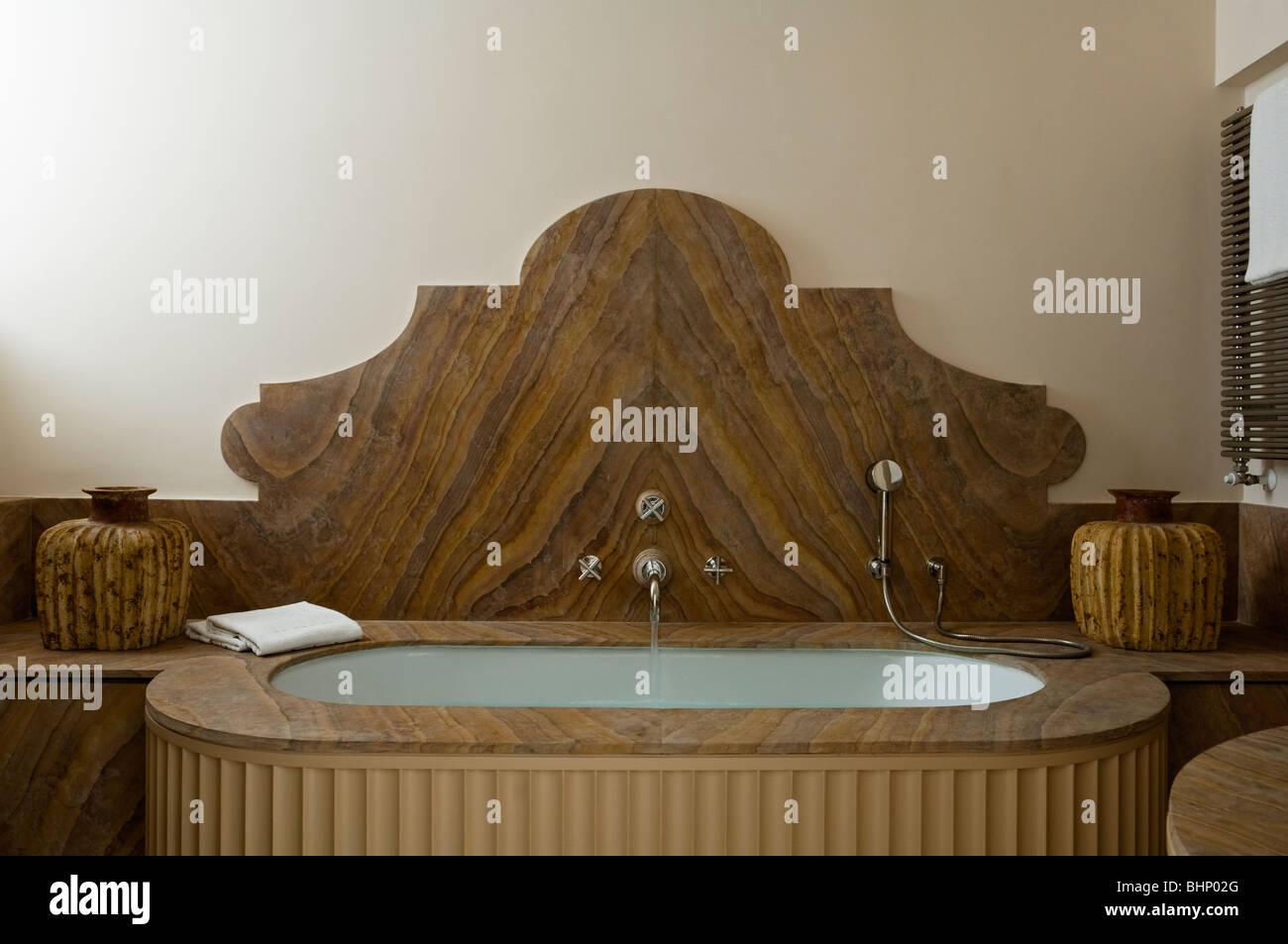 Holzmaserung Badewanne im Badezimmer von konvertierten Italienisches ...
