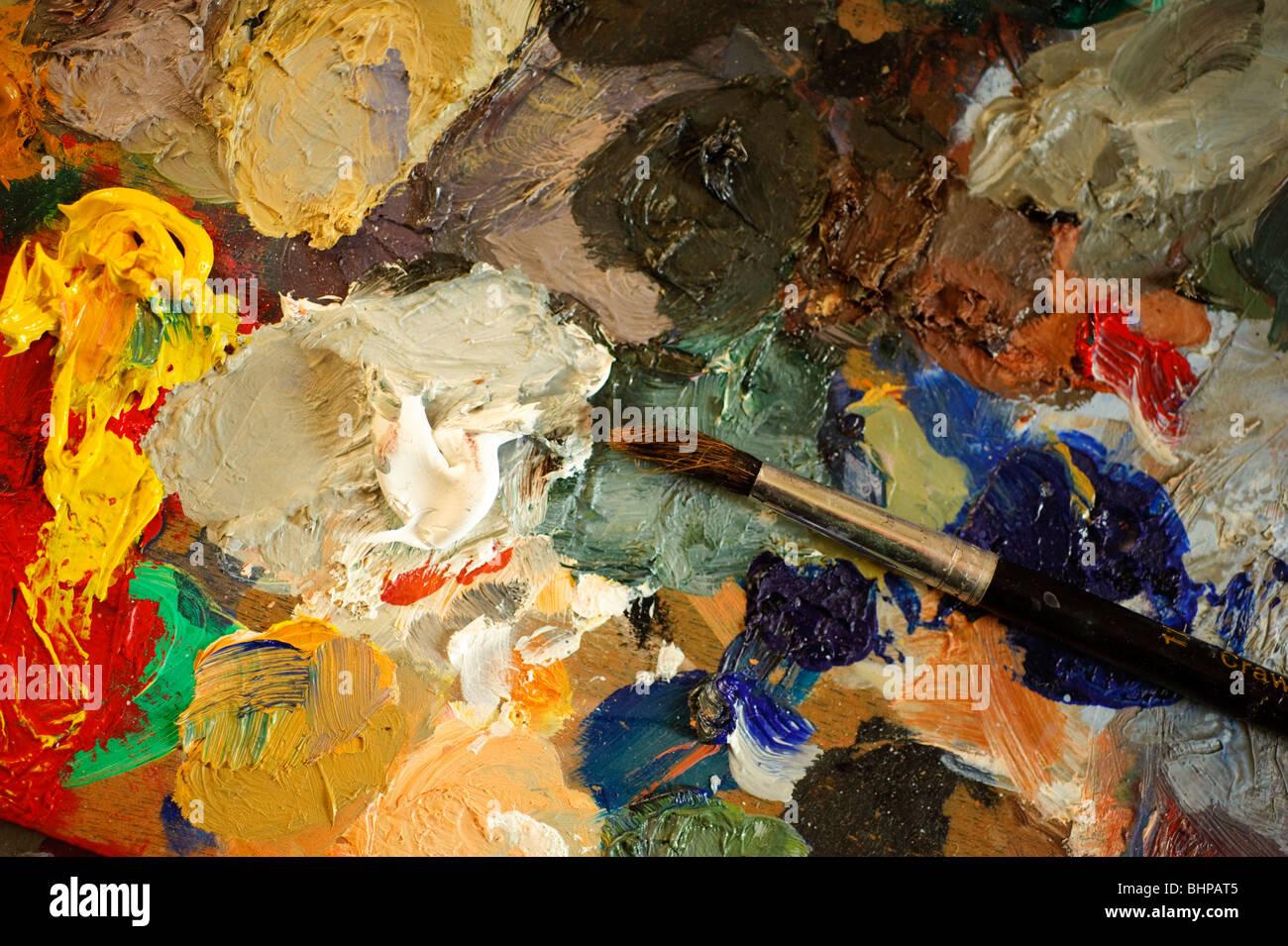 Pinsel und Ölfarben Pigmente auf Palette des Künstlers Stockbild