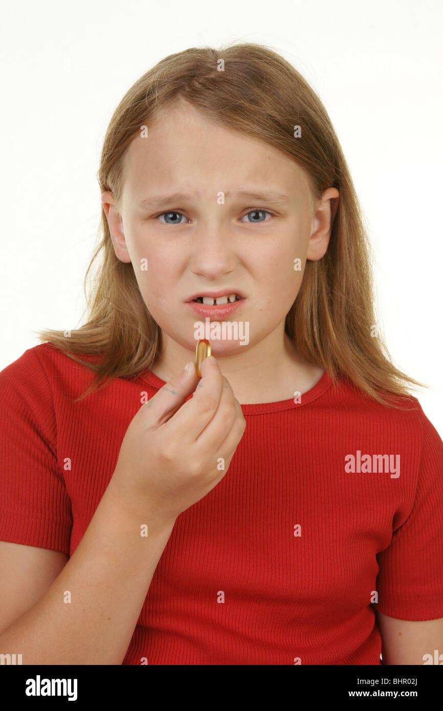 junges Mädchen nicht glücklich darüber, eine Pille Stockbild