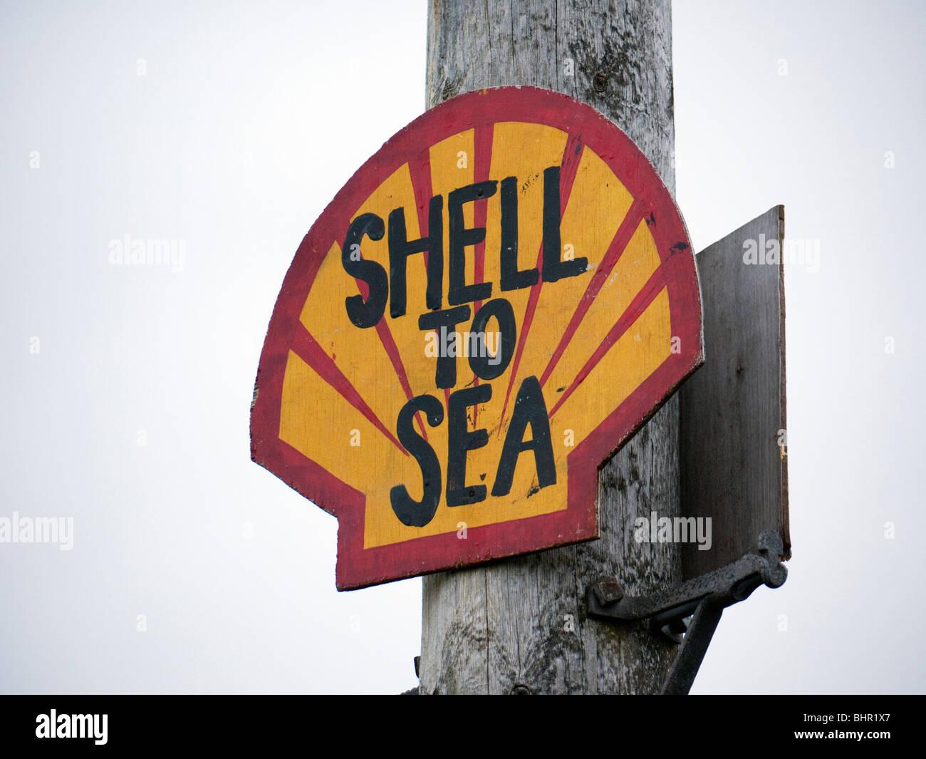 Protest-Schild errichtet von Kampagnengruppen, die gegen das Corrib Erdgas-Projekt von Royal Dutch Shell in County Stockbild