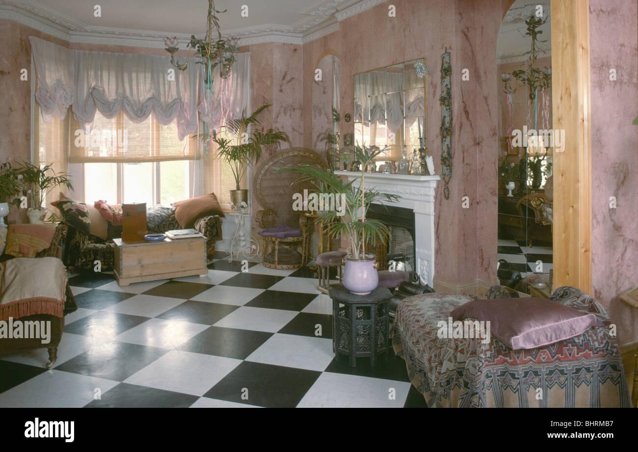 Schwarz + Weiß Checker Bord Vinylbodenbelag Im Viktorianischen Stil Der  Sechziger Jahre Wohnzimmer Mit Rosa Wänden Und Schwalbenschwanz Blind Auf  Erker