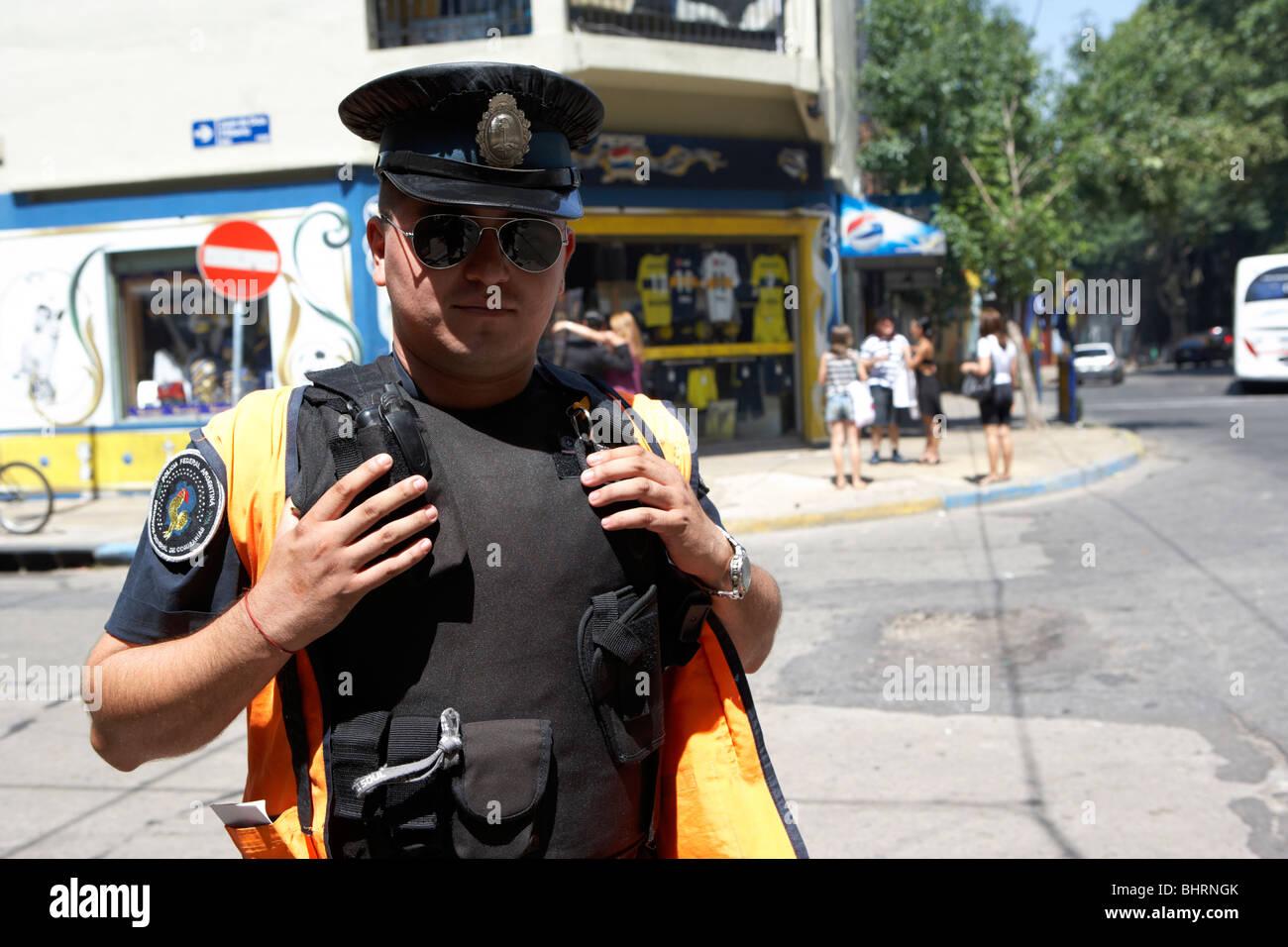 argentinische Policia federal bewaffneten Polizisten bewacht Straßenecke im touristischen Zentrum von la Boca Stockbild