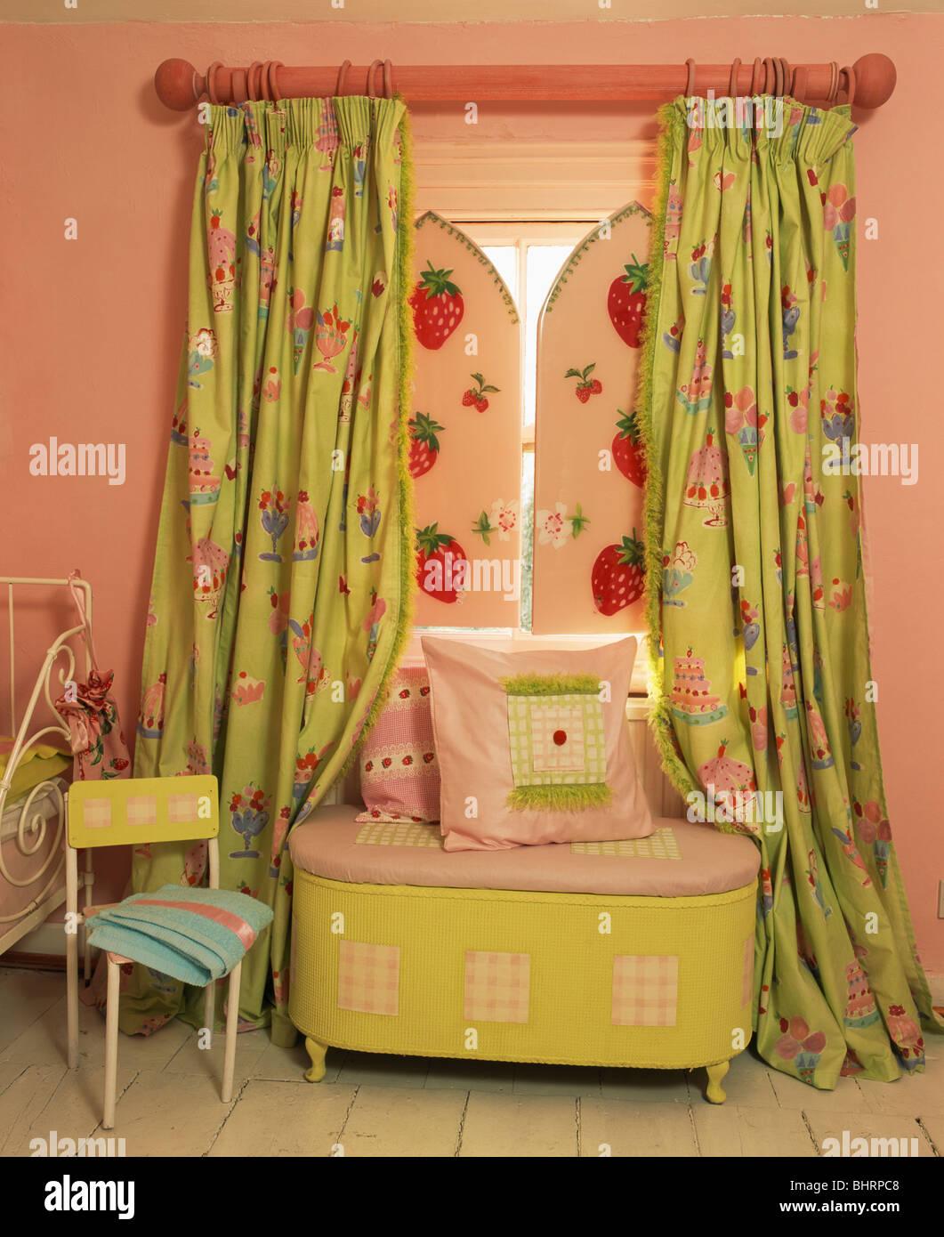 Kissen in lindgrün Brust unter Fenster mit rosa + grünen Vorhängen ...