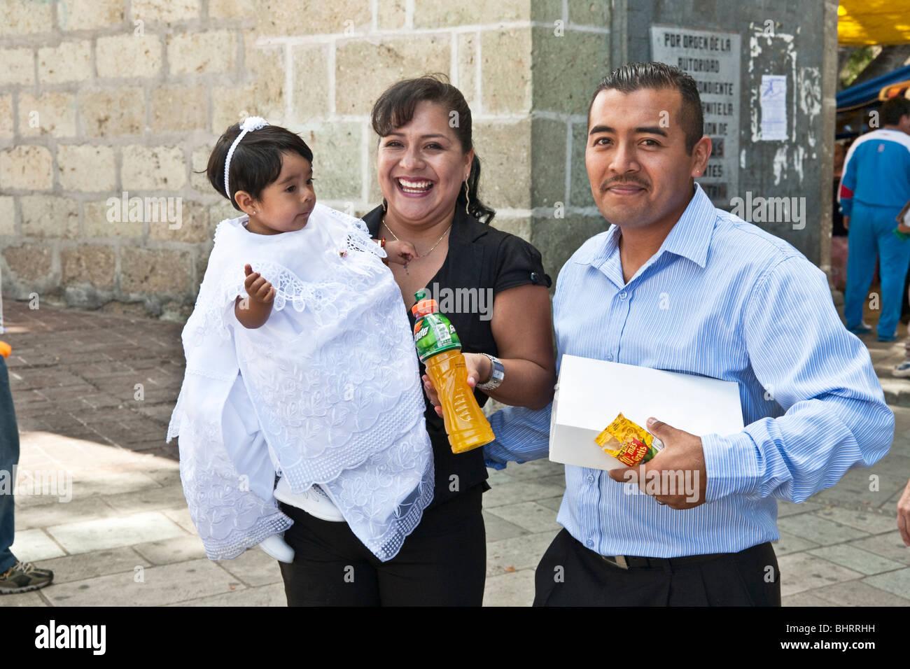 Mexikanische Eltern Mit Baby Mädchen In Exquisiten Weiß