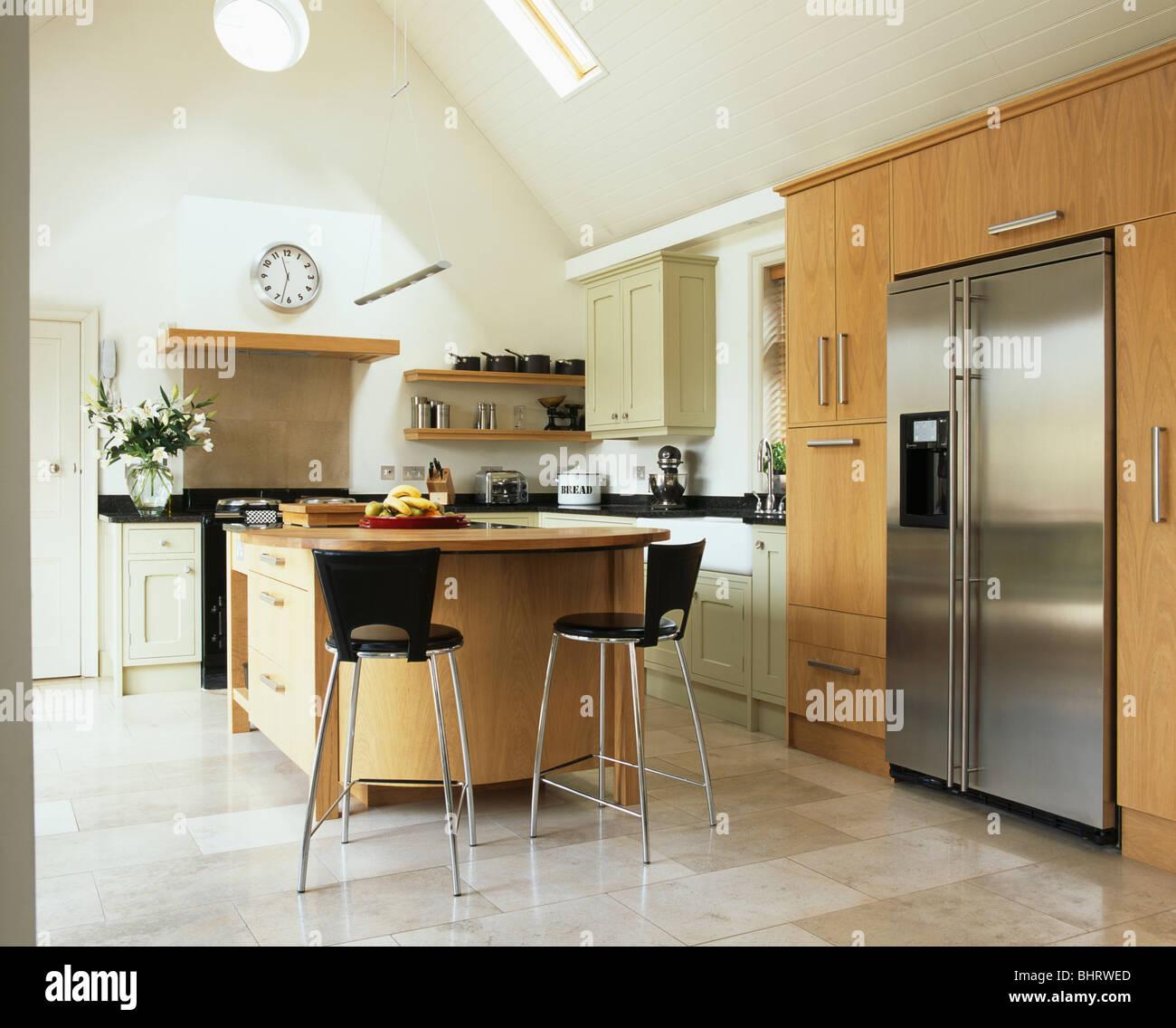 Metall Stuhl Am Frühstücks Bar Auf Der Insel Einheit In Modernen Küche Mit  Eingebauten Edelstahl Amerikanische Kühl Gefrierkombination