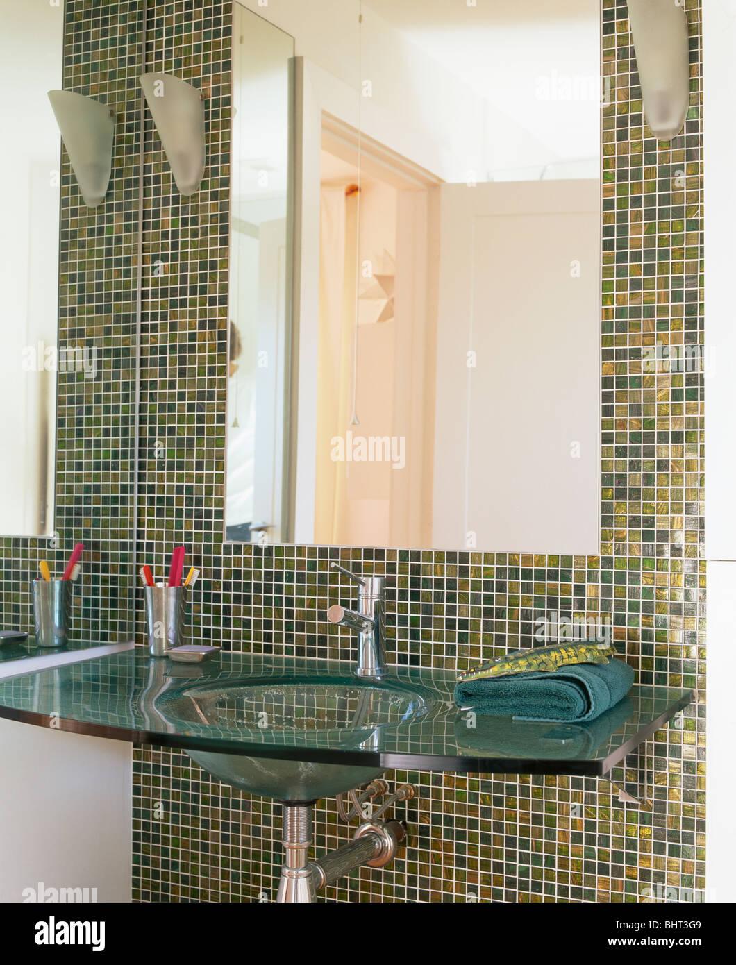 Nahaufnahme der große Spiegel über Glas-Becken im modernen ...