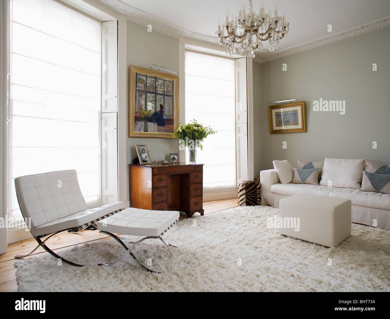 Weißes Leder Mies Van Der Rohe Sessel Und Hocker Im Wohnzimmer Grau Grün  Mit Creme Flokati Teppich Und Sahne Sofa Und Ottoman Hocker