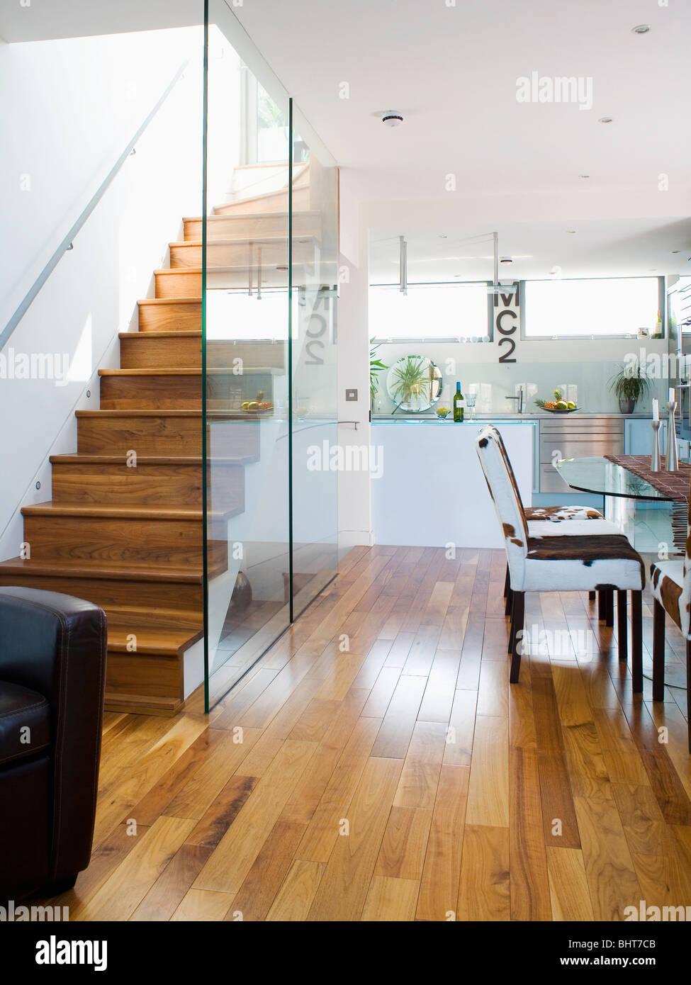 Glaswand teilt Holztreppe aus modernen weißen Keller Küche mit ...