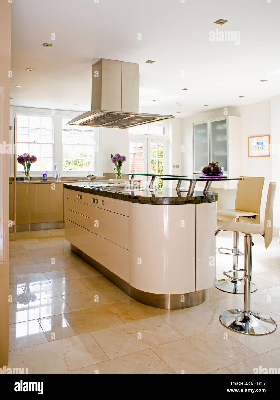 Sahne und Edelstahl-Hocker an Insel-Unit in moderne Creme Küche mit ...