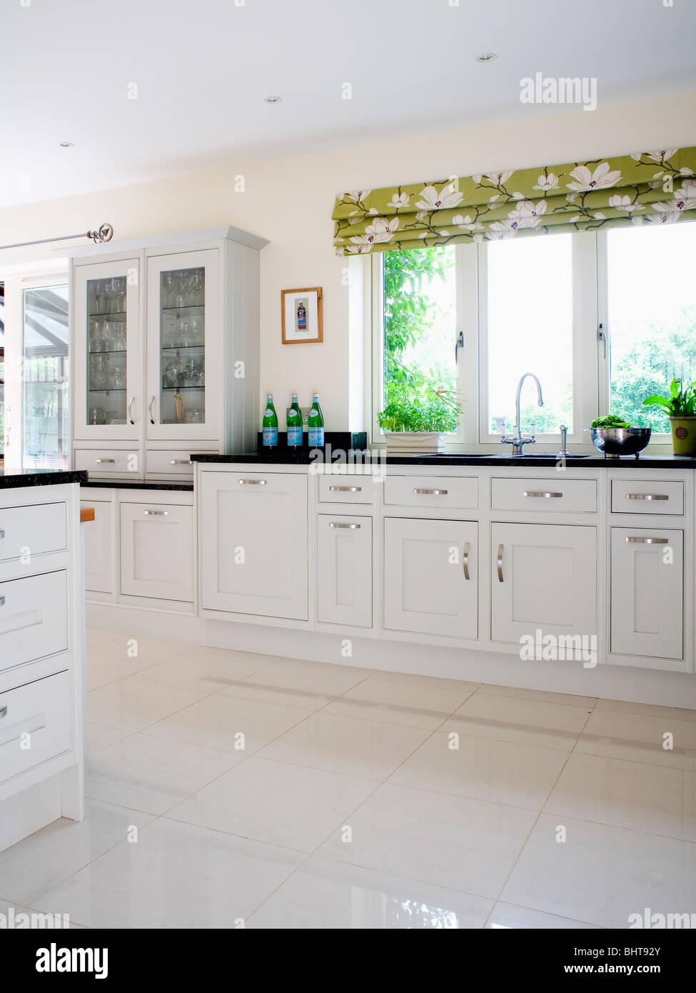 Weißer Bodenbelag weißer keramik bodenbelag in moderne weiße küche mit grün weiße
