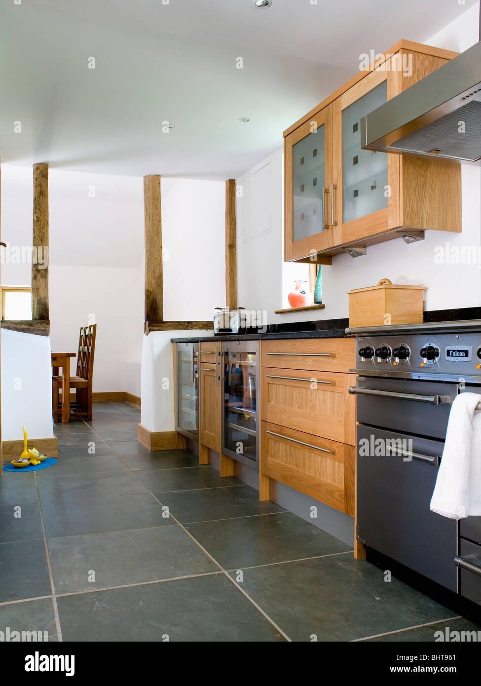 Schiefer-Bodenbelag in moderne Küche mit Edelstahl-Herd und Holz ...