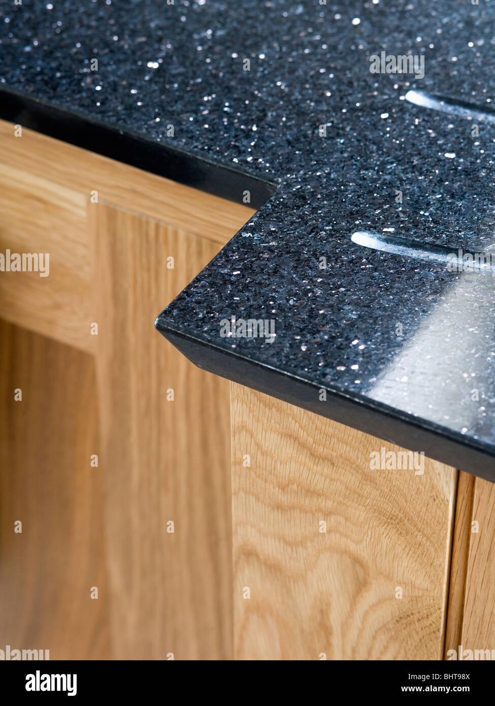 Nahaufnahme von schwarzem Granit Arbeitsplatte auf hellen Holz ...