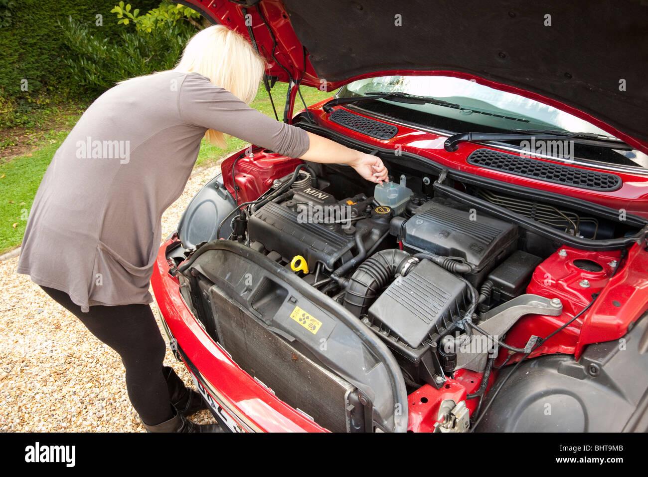 besorgt junge Frau, die Überprüfung der Automotor Stockfoto, Bild ...