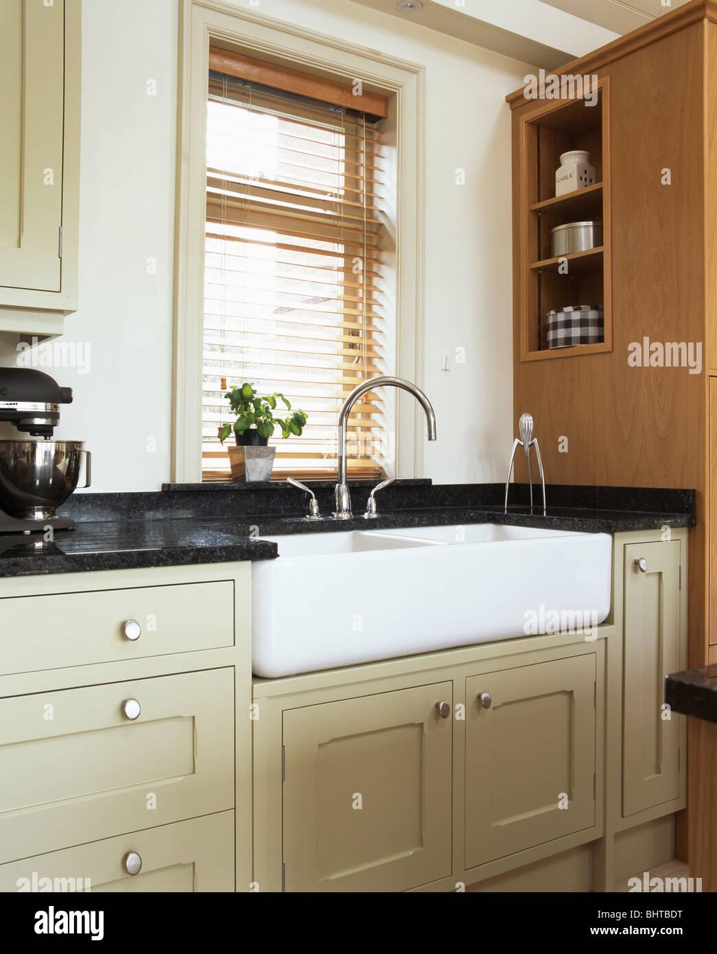 Belfast-Doppelwaschbecken unter Fenster mit Lattenrost aus Holz ...