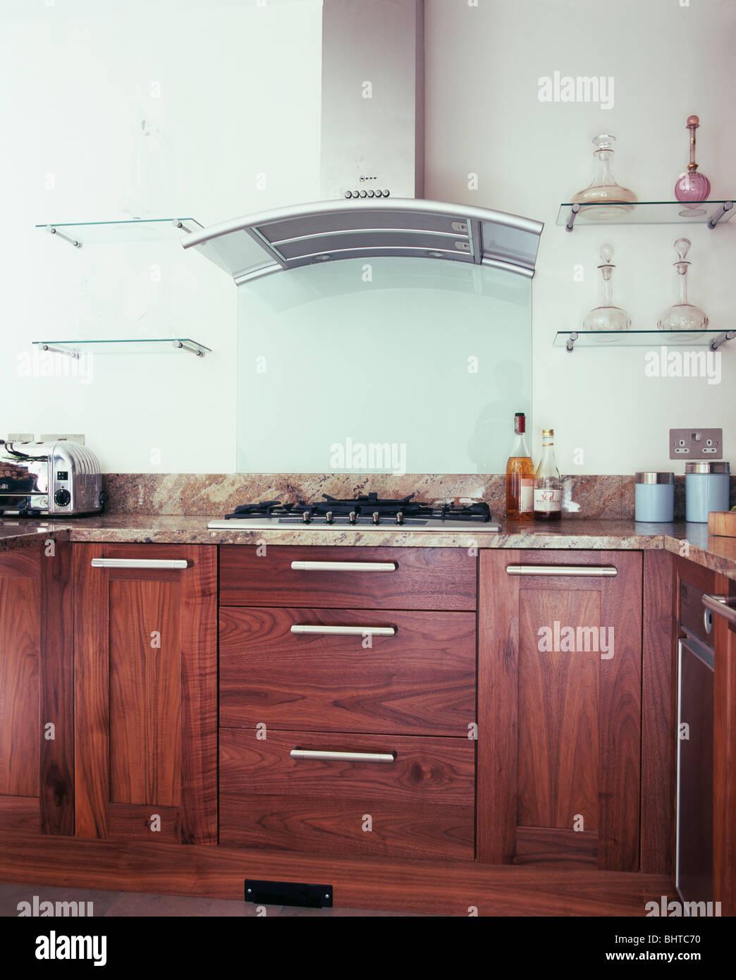 Glasböden auf beiden Seiten der Extraktor in der modernen Küche mit ...