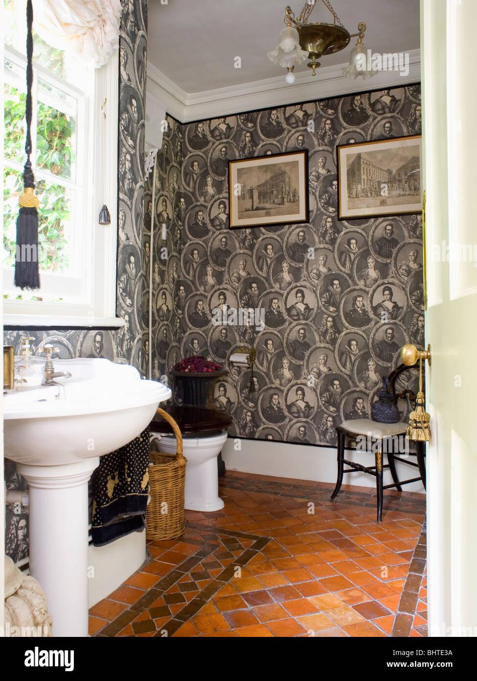 Schwarz + Weiß Figurative Tapete In Traditionellen Badezimmer Mit  Steinbruch Gefliesten Boden Und Weißen Sockel Becken