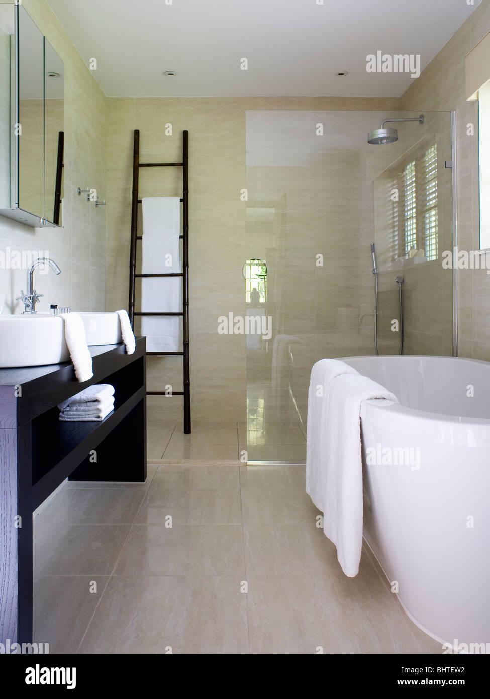 Hohe Weiße Bad Und Leiter Lagerung Im Modernen Badezimmer Mit Begehbarer  Dusche Und Kalkstein Bodenbelag