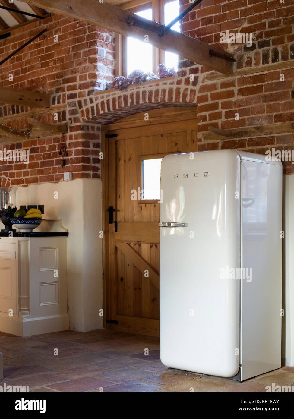 Große weiße Smeg Kühlschrank im Stall Umbau Küche mit unverputzten ...