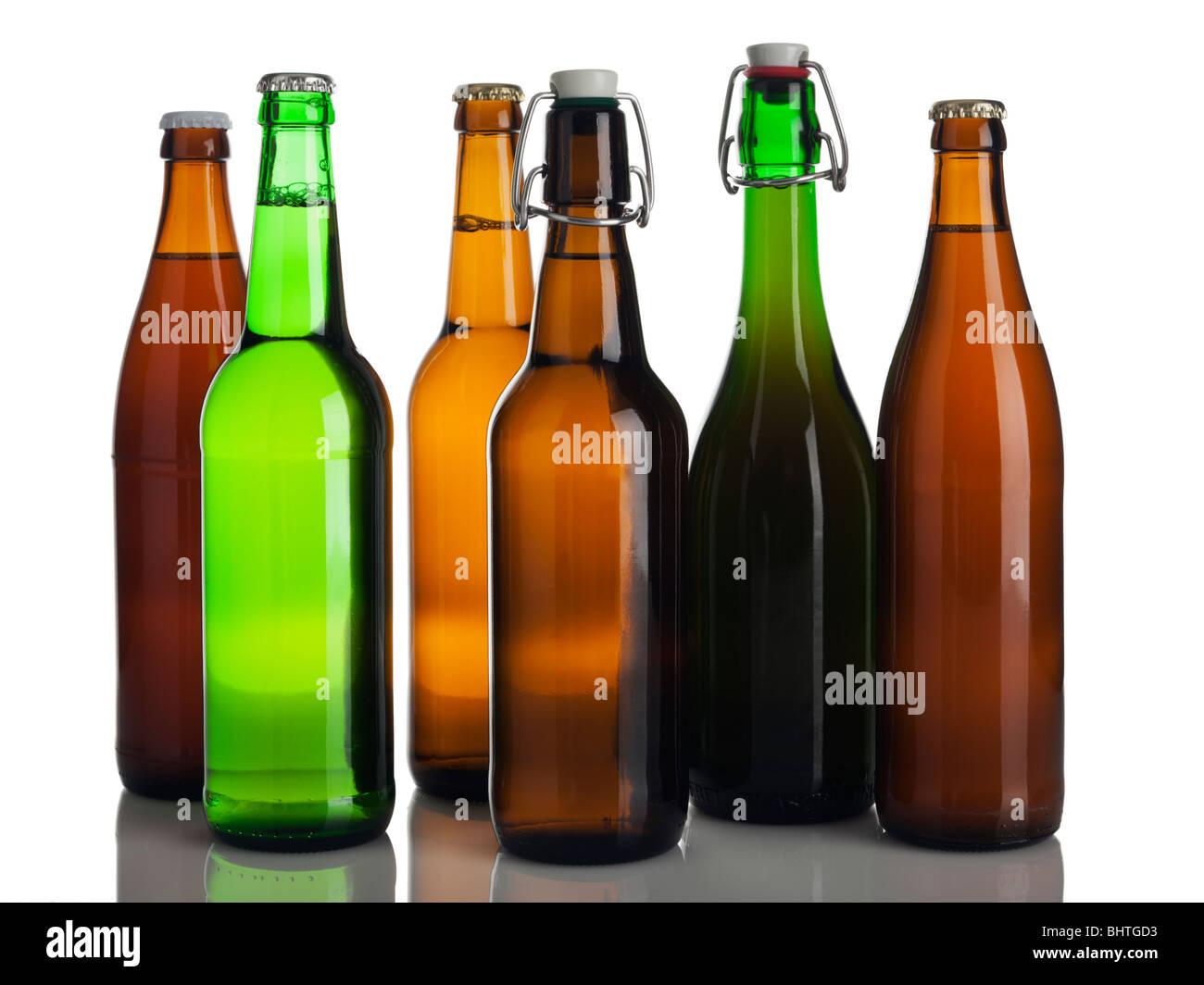 sechs verschiedene Flaschen Bier ohne Etiketten isoliert auf weiss Stockbild
