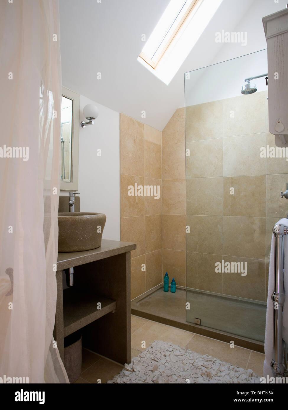 Glas Trennwand Auf Große Begehbare Dusche Mit Beige Fliesen In Modernen  Loft Umbau Badezimmer