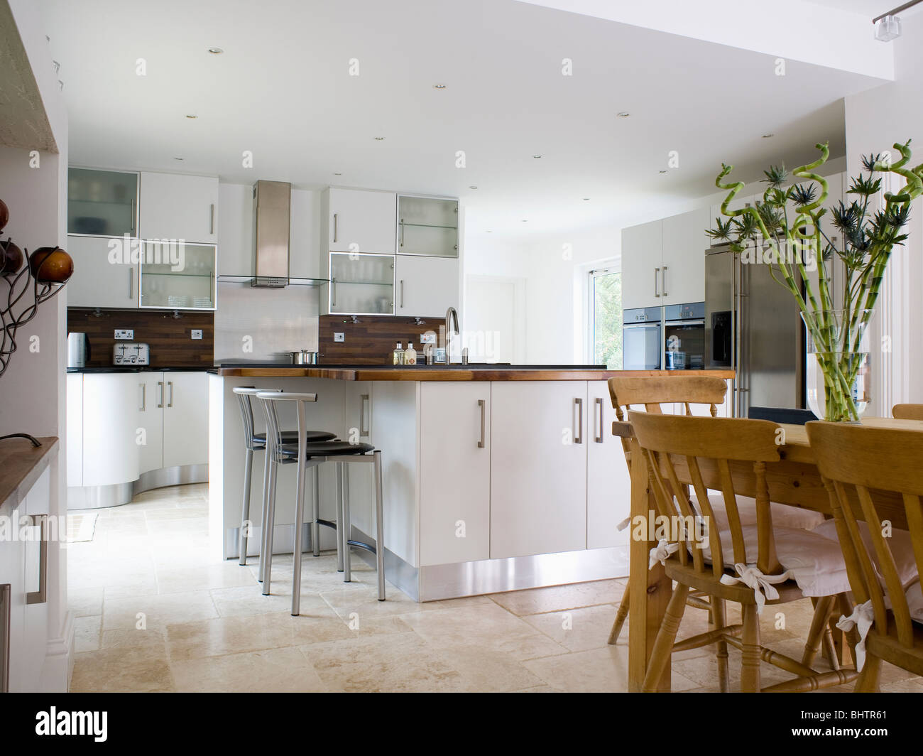 Traditionelle Holztisch und Stühle im modernen weißen Küche ...