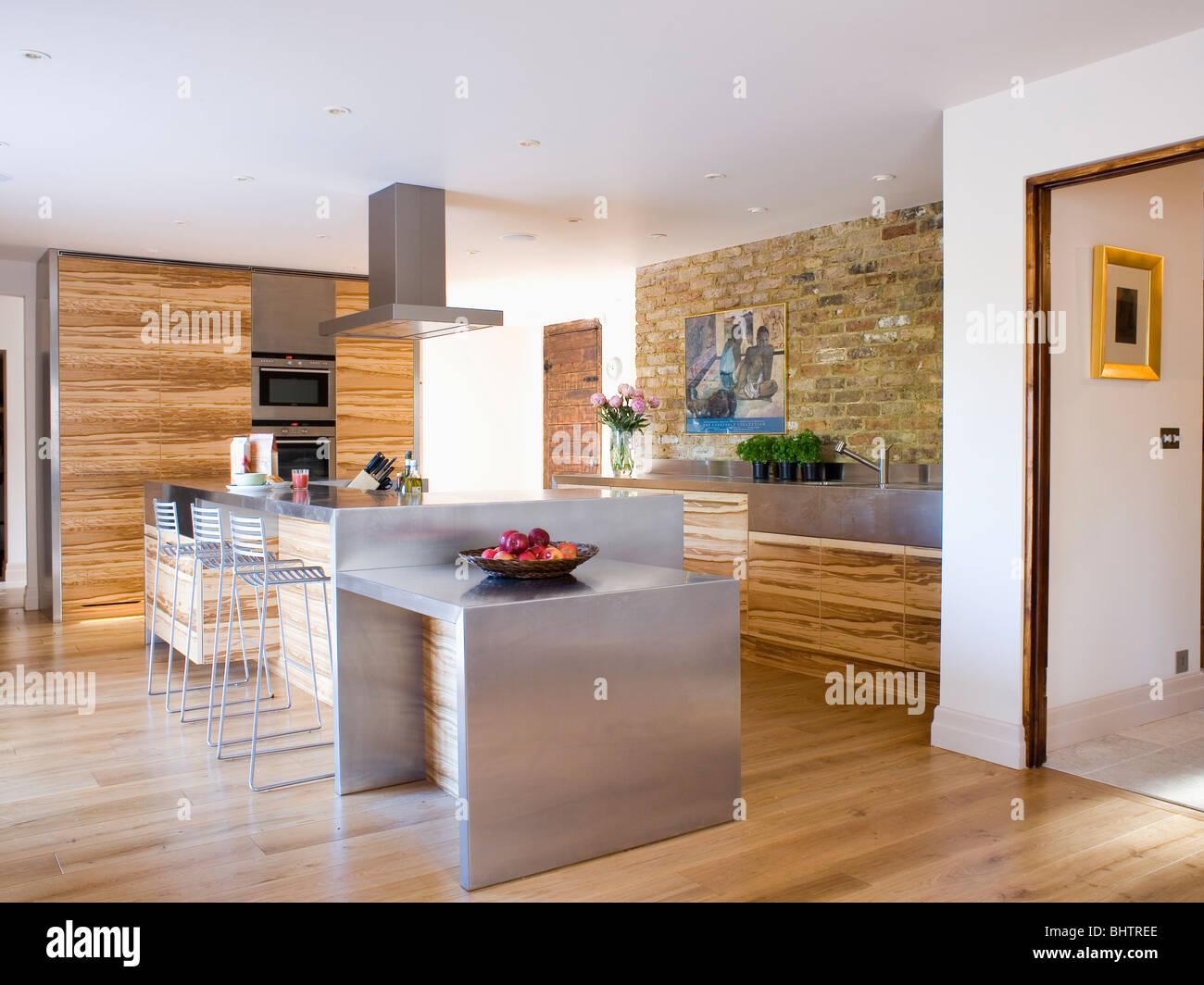 Edelstahl Insel in große, moderne Küche mit Holz-Furnier Inject ...