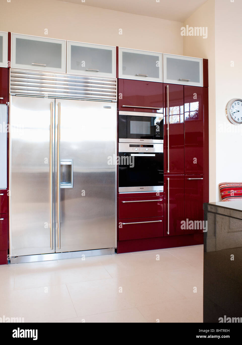 large american style stainless steel fridge freezer in stockfotos large american style. Black Bedroom Furniture Sets. Home Design Ideas