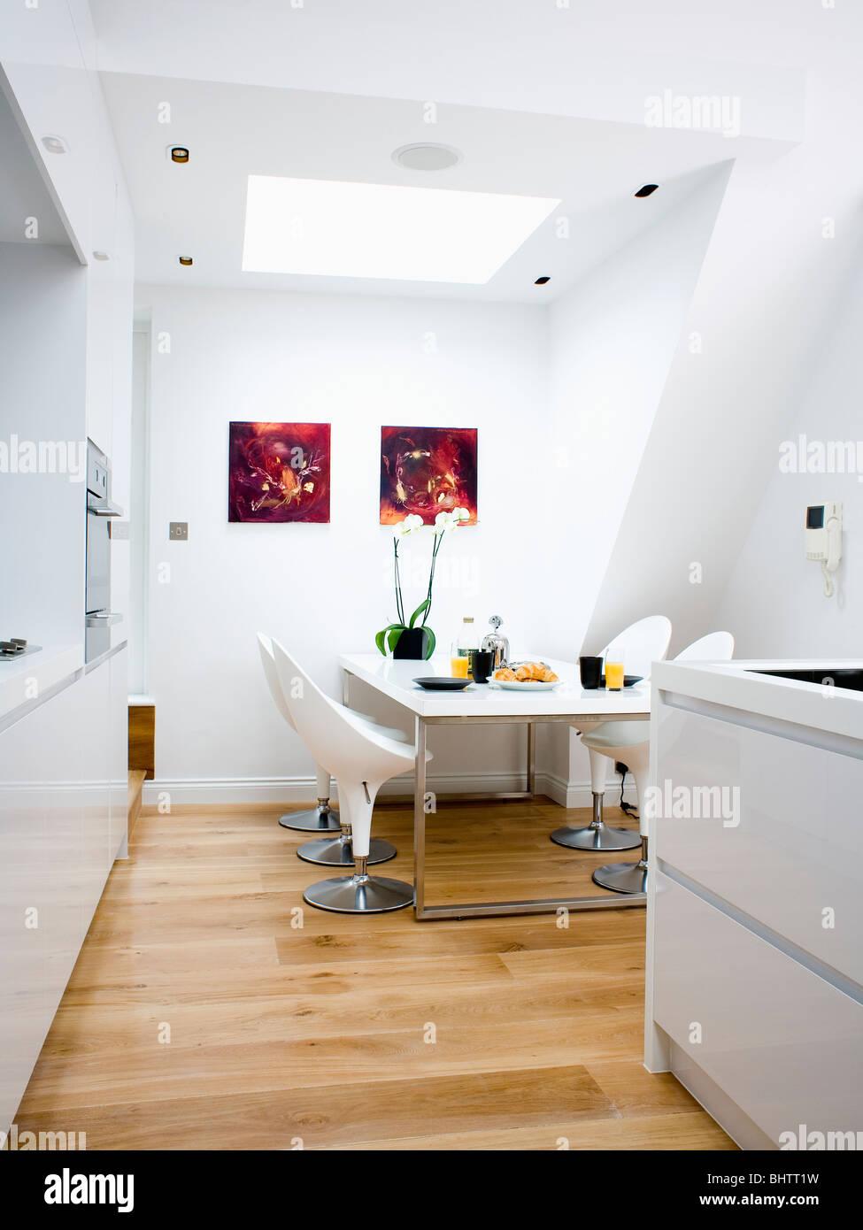 Weiße Stühle und Tisch im weißen Loft Umbau Küche Esszimmer mit ...
