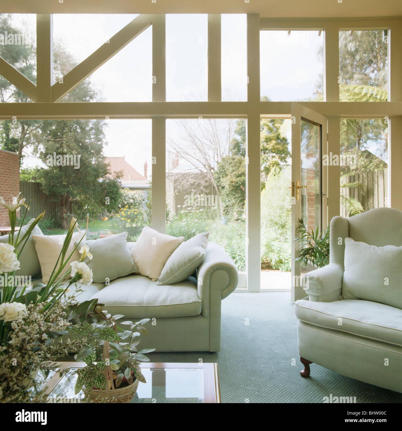 Weisses Sofa Und Sessel Im Modernen Wintergarten Wohnzimmer Mit