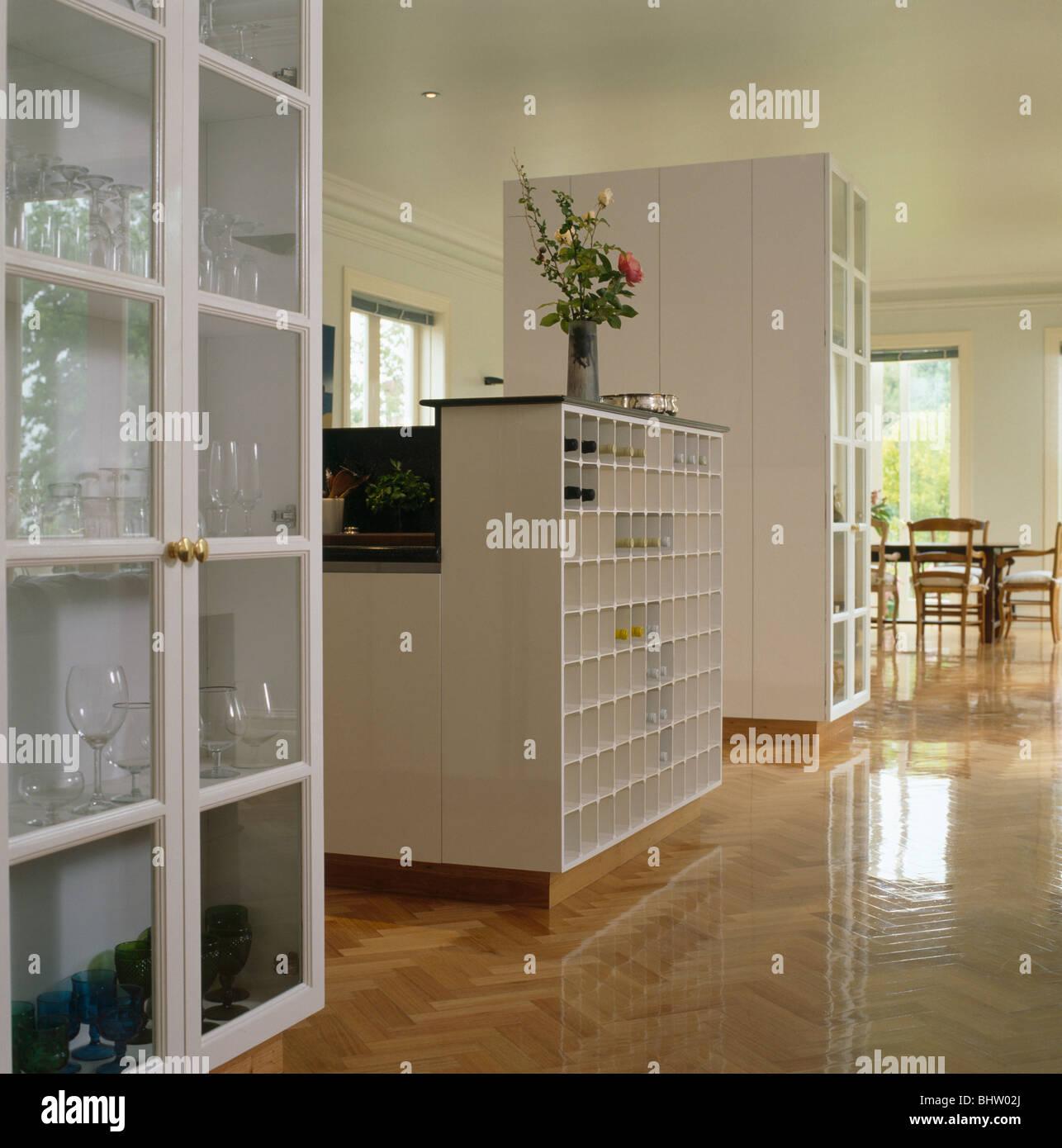 Weißer Schrank mit Glastüren in modernen weißen offene Küche mit ...