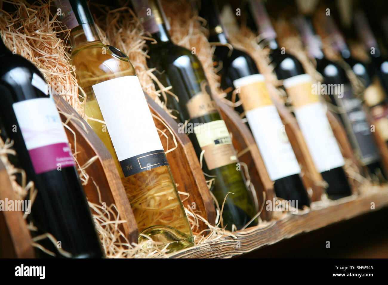 Closeup Aufnahme des Wineshelf. Flaschen über Stroh legen. Stockbild
