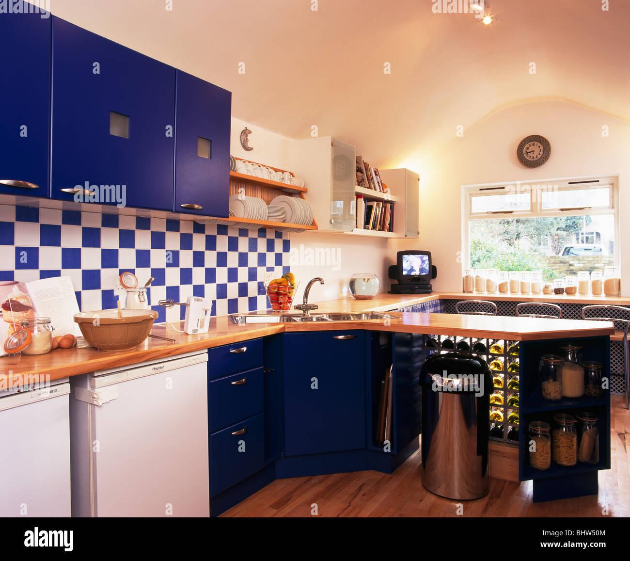 Blaue + weiße Wandfliesen in moderne Küche mit blauen Einbauschränke ...