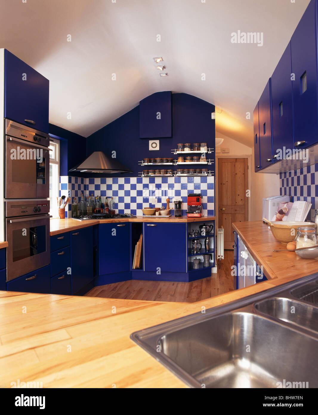 Blaue montierten Einheiten mit Holz Arbeitsplatten in modernen Küche ...